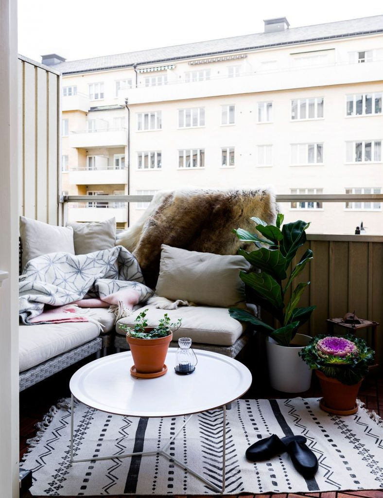 TDy-Corners-way-to-decorate-small-balcony-16